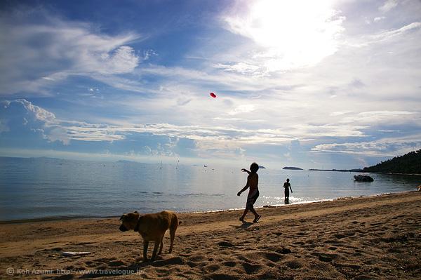 タイのパンガン島でフリスビー
