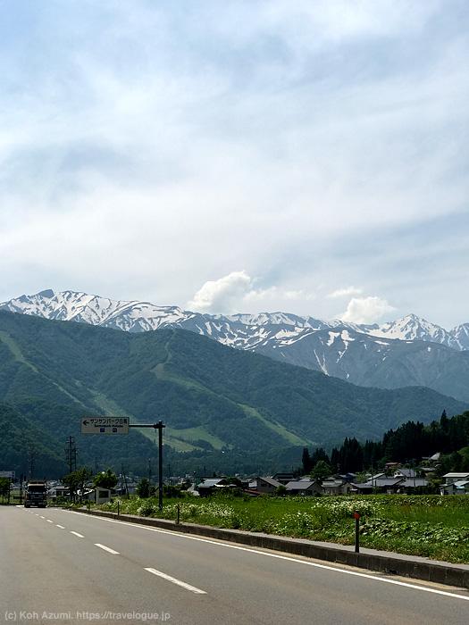 白馬に近づいてくると道すがらすごい山が見えてきます。(6月)