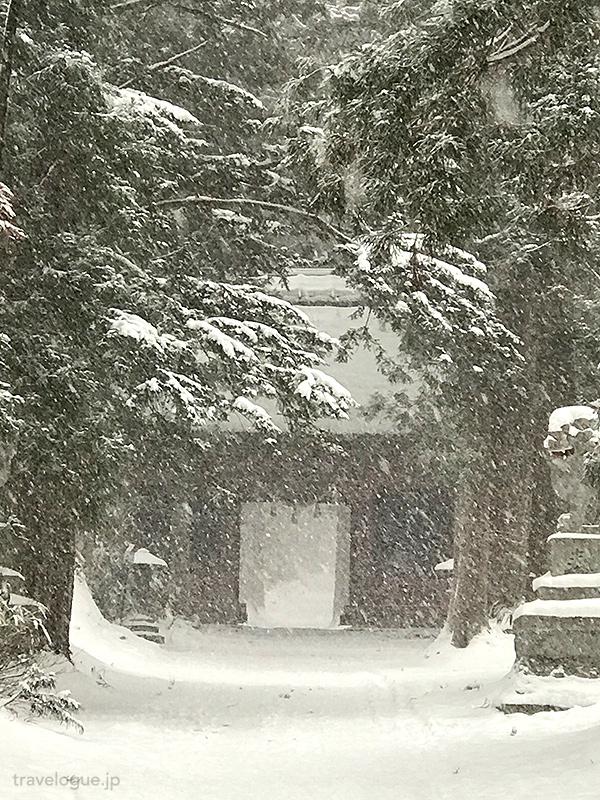 雪の随神門